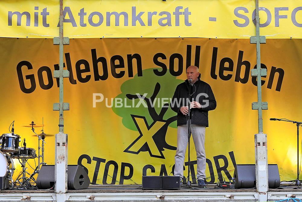 Wenige Tage nach Bekanntwerden des Umstands, dass der Salzstock im Wendland nicht weiter auf die Eignung als Atommülllager erkundet werden soll, feiern Atomkraftgegner das Aus für Gorleben nach 43 Jahren des Widerstands. Im Bild: Lüchow-Dannenbergs Landrat Jürgen Schulz<br /> <br /> Ort: Gorleben<br /> Copyright: Andreas Conradt<br /> Quelle: PubliXviewinG