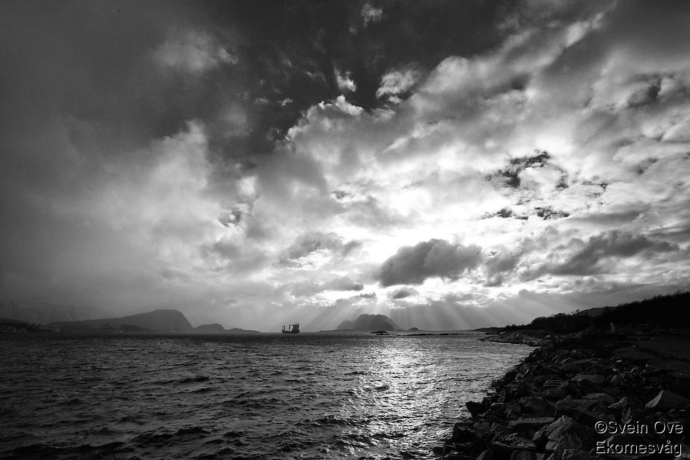 Vakkert lys og spektakulære skyer over Godøya. Utsikt fra Kverve på Ellingsøya.<br /> Foto: Svein Ove Ekornesvåg