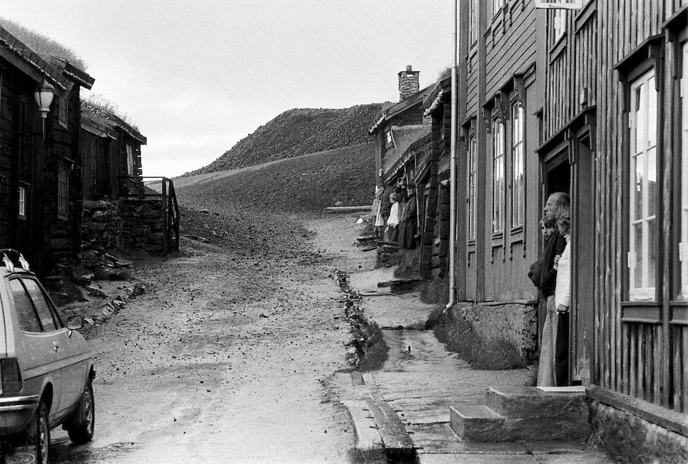 Rörås i Norge. Människor tar skydd för regnet.