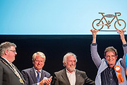 De burgemeester van Rio de Janeiro krijgt officieel het stokje overgedragen voor de volgende Velo-City. In Nijmegen wordt de internationale conferentie Velo City gehouden. Tijdens het meerdaags congres praten beleidsmedewerkers en de fietsindustrie over het gebruik van de fiets in het dagelijks leven. Daarnaast zijn er tal van fietsgerelateerde activiteiten.<br /> <br /> In Nijmegen the bike related congress Velo City 2017 is held. From all over the world people come to talk about the use of the bicycle as a way of transportation.