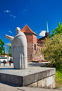 Pomnik papieża Jana Pawła II i gotycki kościół św. Marcina w zachodniej części Ostrowa Tumskiego