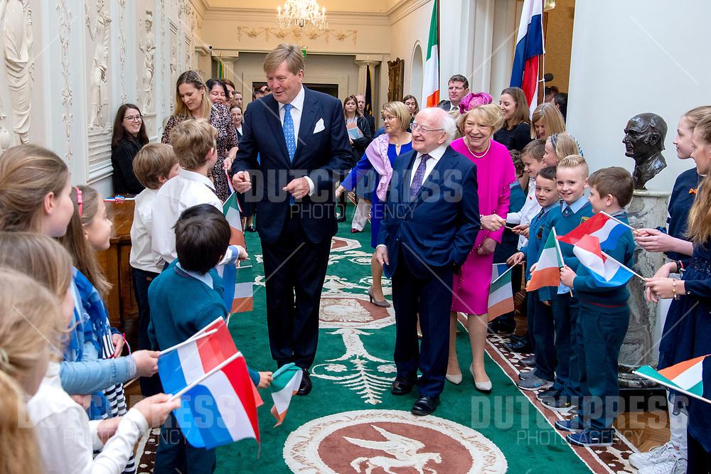 Koning Willem-Alexander met president Michael Higgins en zijn vrouw Sabina tijdens de Welkomstceremonie en het ontvangst in het Presidentieel Paleis Aras an Uachtarain in Dublin, op dag 1 van het 3-daags staatsbezoek van het Nederlands Koningspaar aan Ierland.