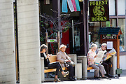 Oudeen zitten op een bankje in Japan Town in San Francisco. De Amerikaanse stad San Francisco aan de westkust is een van de grootste steden in Amerika en kenmerkt zich door de steile heuvels in de stad.<br /> <br /> Elderly people sit on a bench in Japan Town in San Francisco. The US city of San Francisco on the west coast is one of the largest cities in America and is characterized by the steep hills in the city.
