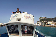 Spanje, Gibraltar, 8-6-2006Dolfijn safari in de baai van Algeciras. Op de achtergrond Gibraltar. Foto: Flip Franssen