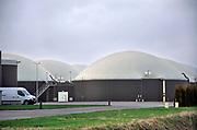 Nederland, Bemmel, 7-1-2020 Groen Gas Gelderland is een groen gas installatie. Uit onder andere mest en gras wekt de installatie biogas op. Dit biogas brengen we na zuivering en droging op dezelfde kwaliteit als aardgas. Na deze bewerkingen mag het groen gas heten. Daarmee is het een duurzaam alternatief voor fossiel aardgas.Groen Gas Gelderland is een projectsamenwerking met Bio Energie Bergerden, Biogas Plus en ENGIE. Samen vormen zij Groen Gas Gelderland. De installatie ligt in het glastuinbouwgebied Next Garden in Bemmel, gemeente Lingewaard. het gas wordt aan het bestaande gasnet toegevoegd.Foto: Flip Franssen