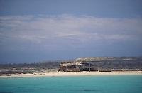Choza a orilla de la playa, Isla Cubagua, Estado Nueva Esparta, Venezuela.