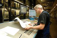31 JAN 2007, BERLIN/GERMANY:<br /> Ein Drucker kontrolliert das Druckergebnis einer Zeitung, BVZ Berliner Zeitungsdruck GmbH<br /> IMAGE: 20070131-01-011<br /> KEYWORDS: Druckerei