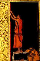 Laos - Luang Prabang - Wat Xieng tong - Moine