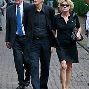 NLD/Blaricum/20110607 - Uitvaart Willem Duys, Berend Boudewijn en partner Martine Bijl