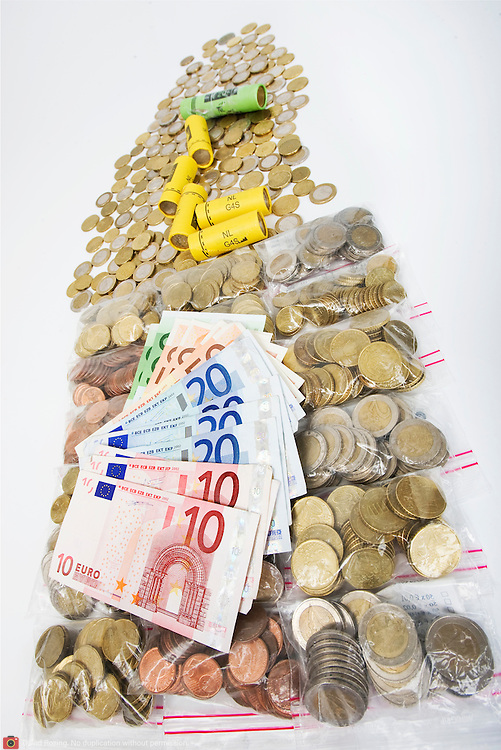 Nederland Barendrecht 29 maart 2009 20090329 Foto: David Rozing ..Euro munten, bankbiljetten, muntrol, valuta, betaalmiddel, kosten,papiergeld,biljet,biljetten,bankbiljet,bankbiljetten,eurobiljet,eurobiljetten, betaalmiddelen,recessie, kredietcrisis, economie, euromunten, munt, munten, kleingeld.money , euro coints symbolisch, symbolische. stockbeeld, stockfoto, stock, studio opname, illustratie.Foto: David Rozing