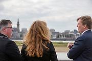 Koning Willem Alexander staat met de burgemeester van Nijmegen bij de Waalkade na een fietstocht. In Nijmegen wordt de internationale conferentie Velo City gehouden. Tijdens het meerdaags congres praten beleidsmedewerkers en de fietsindustrie over het gebruik van de fiets in het dagelijks leven. Daarnaast zijn er tal van fietsgerelateerde activiteiten.<br /> <br /> In Nijmegen the bike related congress Velo City 2017 is held. From all over the world people come to talk about the use of the bicycle as a way of transportation.