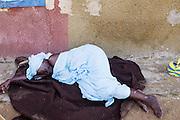 Een vrouw slaapt buiten op straat in de wijk Guédiawaye in Dakar. De wijk is in 2005 zwaar getroffen door overstromingen, waarbij veel huizen zijn verdwenen. De gevolgen hebben nog altijd een forse impact op het leven daar. Er is nog altijd geen goede irrigatie en de gezondheid lijdt onder de vervuiling.