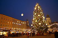 Christmas market stalls and Christmas tree at night  at Satlzburgh market - Austria .<br /> <br /> Visit our AUSTRIA PHOTO COLLECTIONS for more photos to download or buy as wall art prints https://funkystock.photoshelter.com/gallery-collection/Pictures-Images-of-Austria-Photos-of-Austrian-Historic-Landmark-Sites/C0000VRQ9JIAzOxc
