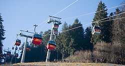 29.12.2015, Kaltenbach, AUT, Skigebiete in Österreich kämpfen mit Schneemangel, im Bild Gondeln über grünen Wiesen// Cablecars above green fields. The missing of precipitation in this winter a lot of ski resorts complain about a lack of snow. Wide parts of Europe experience spring like weather and temperatures over the Christmas season, Kaltenbach, Austria on 2015/12/29. EXPA Pictures © 2015, PhotoCredit: EXPA/ Jakob Gruber
