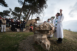 20 April 2019, Jerusalem: Jeni Falkman Grangaard (right) leads an Easter Sunday sunrise service at Jabal Allah (God's Mountain) on the Mount of Olives in Jerusalem, held by the Lutheran Church of the Redeemer (English-speaking congregation).