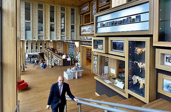 Nederland, Arnhem, 28-5-2014 Het gebouw De Rozet in het centrum van de stad heeft de prijs van de BNA gewonnen. Verschillende culturele en educatieve instellingen zijn hierin gevestigd zoals de Openbare Bibliotheek, Kunstbedrijf Arnhem, de Volksuniversiteit en To Art Kunstuitleen. Ontwerp van Neutelings Riedijk Architecten. In het interieur veel vitrines, en lichtbakken die de identiteit en geschiedenis van de stad laten zien. In de bibliotheek is een glijbaan. De SP wethouder Gerrie Elfrink.Foto: Flip Franssen/Hollandse Hoogte