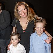 NLD/Amsterdam/20190228 - inloop Amsterdamse première musical Soof, Roos Schlikker en kinderen Miro, Roman