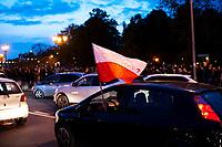 Bialystok, 26.10.2020. Strajk kobiet. Ponad 1500 osob zablokowalo rondo Lussy w centrum Bialegostoku. Przez ponad godzine blokowali przejazd przez rondo chodzac przejsciami dla pieszych N/z samochod z polska flaga fot Michal Kosc / AGENCJA WSCHOD