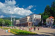 Deptak w Krynicy Zdroju, w głębi sanatorium Nowy Dom Zdrojowy, Polska<br /> Promenade in Krynica Zdrój, health resort Nowy Dom Zdrojowy in the background, Poland