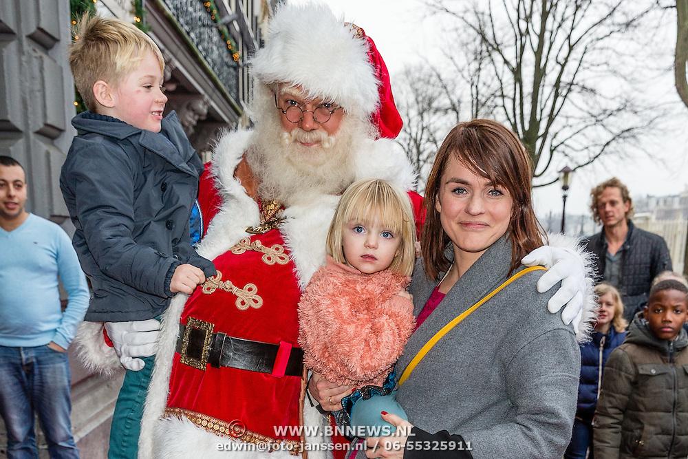NLD/Amsterdam/20161209 - Werkbezoek Maxima bij Muziek in de Klas, Sofie van den Enk en kinderen met de kerstman