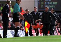 Fotball. FA-cup 2001/2002.<br /> Arsenal v Newcastle 23.03.2002.<br /> Robert Pires, Arsenal, bæres av banen. Til venstre manager Arsene Wenger.<br /> Foto: David Price, Digitalsport