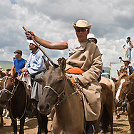 Mongolia. UlaanBaatar. arrival ; the horse race during the big Naadam in Hundlun bulag, the annual big race for the anniversary of Mongolia      /  arrivee. les grandes courses de chevaux du grand naadam a  HUNDLUN bulag ; les grandes courses annuelles  oulan Bator -