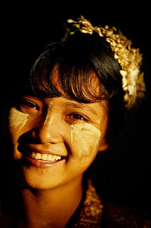 Burmese woman wearing thanaka bark makeup, Shwezigon Pagoda, Bagan (Pagan), Burma (Myanmar)