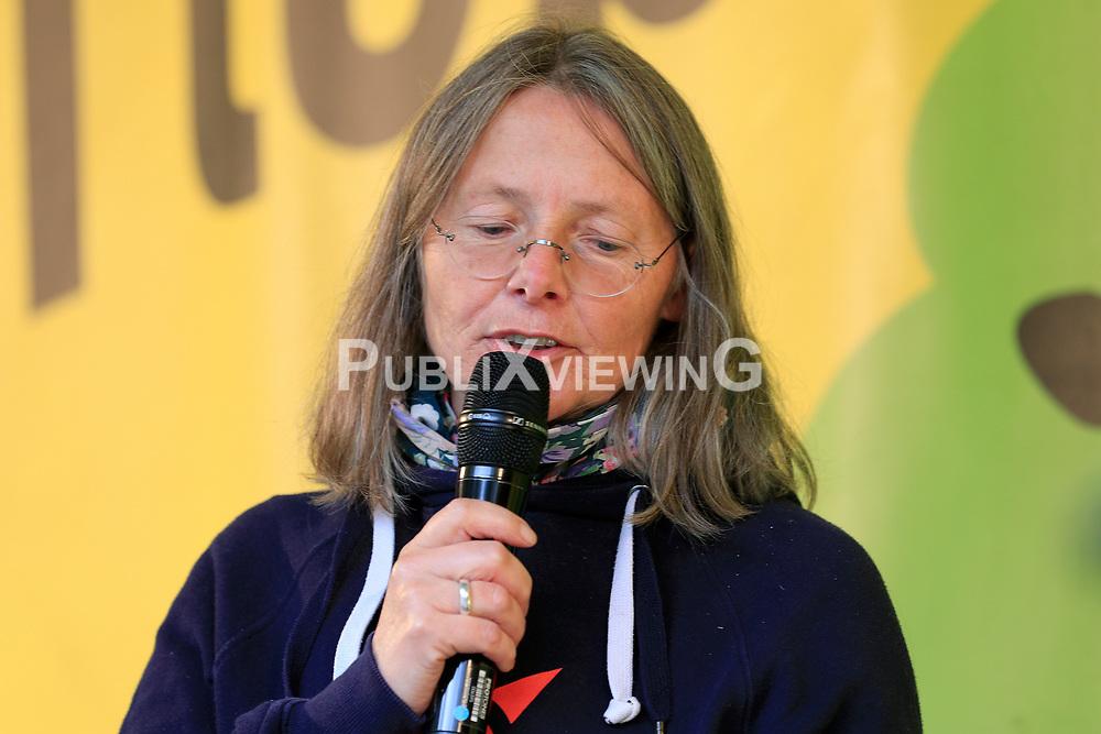 Wenige Tage nach Bekanntwerden des Umstands, dass der Salzstock im Wendland nicht weiter auf die Eignung als Atommülllager erkundet werden soll, feiern Atomkraftgegner das Aus für Gorleben nach 43 Jahren des Widerstands. Im Bild: Elisabeth Hafner-Reckers<br /> <br /> Ort: Gorleben<br /> Copyright: Andreas Conradt<br /> Quelle: PubliXviewinG