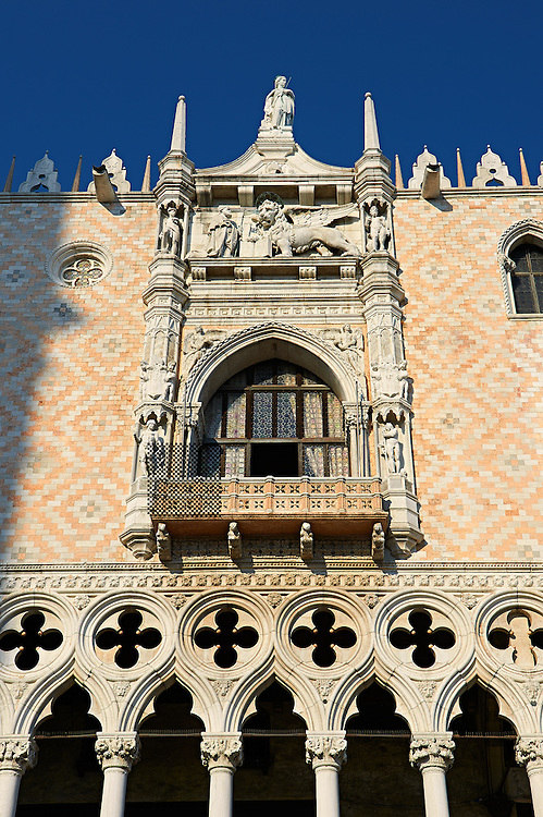 The 14th Century Gothic style balcony on the south facade of The Doge's Palace, Palazzo Ducale, Venice Italy .<br /> <br /> Visit our ITALY HISTORIC PLACES PHOTO COLLECTION for more   photos of Italy to download or buy as prints https://funkystock.photoshelter.com/gallery-collection/2b-Pictures-Images-of-Italy-Photos-of-Italian-Historic-Landmark-Sites/C0000qxA2zGFjd_k<br /> <br /> <br /> Visit our MEDIEVAL PHOTO COLLECTIONS for more   photos  to download or buy as prints https://funkystock.photoshelter.com/gallery-collection/Medieval-Middle-Ages-Historic-Places-Arcaeological-Sites-Pictures-Images-of/C0000B5ZA54_WD0s