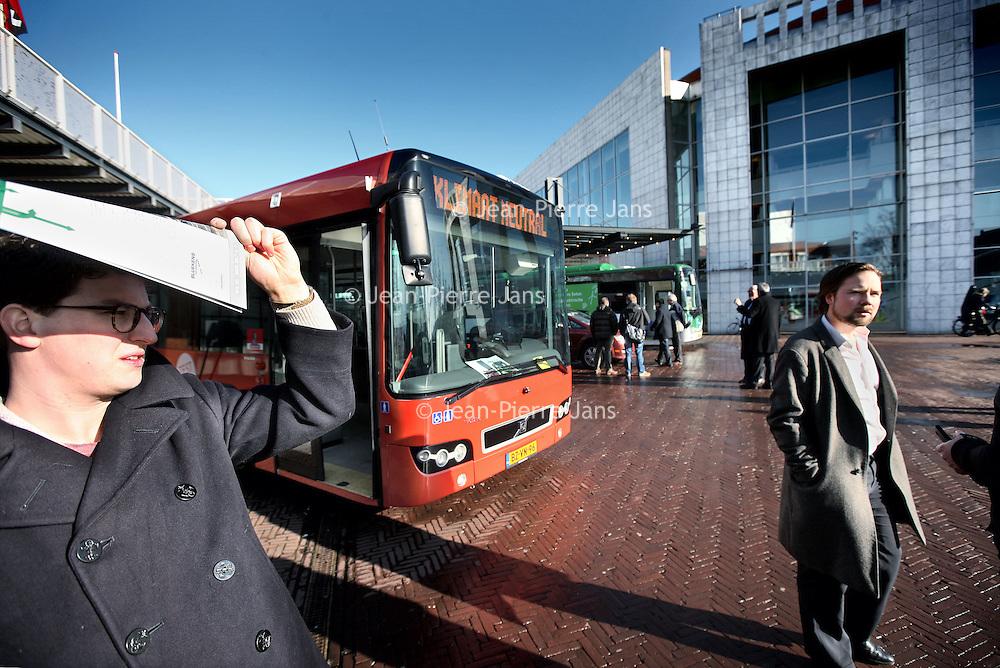 Nederland, Amsterdam , 6 februari 2013..Red Amsterdam organiseerde een demonstratie van diverse elektrische bussen op het voorplein bij de hoofdingang van het stadhuis.?Onder ruime belangstelling van de pers werden aan leden van de gemeenteraad en wethouder Eric Wiebes diverse elektrische bussen gepresenteerd en was er de mogelijkheid om een proefrit te maken..Volgens verkeerswethouder Eric Wiebes is de stand der techniek nog niet zover dat er binnenkort op grote schaal elektrische bussen kunnen worden ingezet. Bovendien zou het te kort dag zijn om een solide uitvraag naar elektrische bussen in de markt te zetten, waarmee in 2015 overgegaan zou kunnen worden op elektrisch rijden..Foto:Jean-Pierre Jans