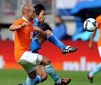 Fotball<br /> Nederland v Japan<br /> Foto: Witters/Digitalsport<br /> NORWAY ONLY<br /> <br /> 05.09.2009<br /> <br /> v.l. Wesley Sneijder, Kengo Nakamura Japan<br /> Fussball Testspiel Niederlande - Japan 3:0