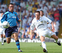 Fotball. Premier League. 17.08.2002.<br /> Leeds v Manchester City.<br /> Nick Barmby, Leeds.<br /> Kevin Horlock, Manchester City.<br /> Foto: Matthew Impey, Digitalsport