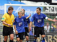 Fotball<br /> Tyskland 2004/05<br /> DFP Pokal<br /> Paderborn v Hamburger SV 4-2<br /> 21. august 2004<br /> Foto: Digitalsport<br /> NORWAY ONLY<br /> Skandaledommer Robert Hoyzer får kjeft av HSV-spillerne Raphael WICKY, Sergej BARBAREZ ,Daniel VAN BUYTEN