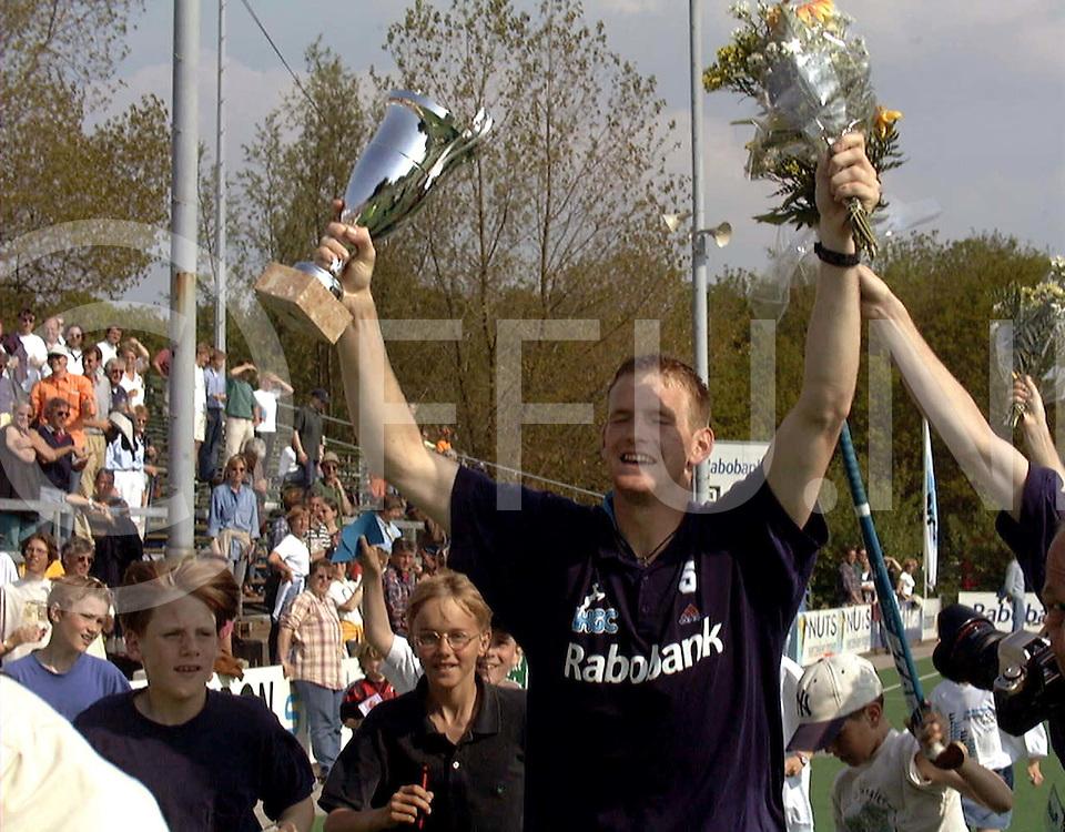 051997 wassenaar nederland europacup hochey finale.hgc -harvestehuder tennis und hockey-club ev.bram lomans met de cup en bloemen hij werd topscorer en was de man die weer met strafcorners hgc in de finale bracht en de overwinning in de finale.foto frank uijlenbroek©1997