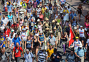 Nederland, Nijmegen, 22-7-2009Deelnemers aan de 4daagse, vierdaagse,  lopen op de tweede dag, de dag van Wijchen, over de voerweg naar de finish op de wedren. Het laatste stuk van het parcours loopt over de Waalkade en door de stad, Hertogstraat, waar ook de zomerfeesten plaatsvinden. The International Four Day Marches Nijmegen (or Vierdaagse) is the largest marching event in the world. It is organized every year in Nijmegen mid-July as a means of promoting sport and exercise. Participants walk 30, 40 or 50 kilometers daily, and on completion, receive a royally approved medal (Vierdaagsekruis). The participants are mostly civilians, but there are also a few thousand military participants. In 2004 a restriction on the maximum number of registrations is set for the first time. The maximum number of 47,000 registrations then has been reached within 6 weeks. More than a hundred countries have been represented in the Marches over the years.Foto: Flip Franssen/Hollandse Hoogte