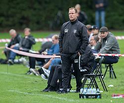 En bekymret cheftræner Morten Eskesen (FC Helsingør) under kampen i Sydbank Pokalen, 1. runde, mellem Bispebjerg Boldklub og FC Helsingør den 2. september 2020 i Lersø Parken (Foto: Claus Birch).