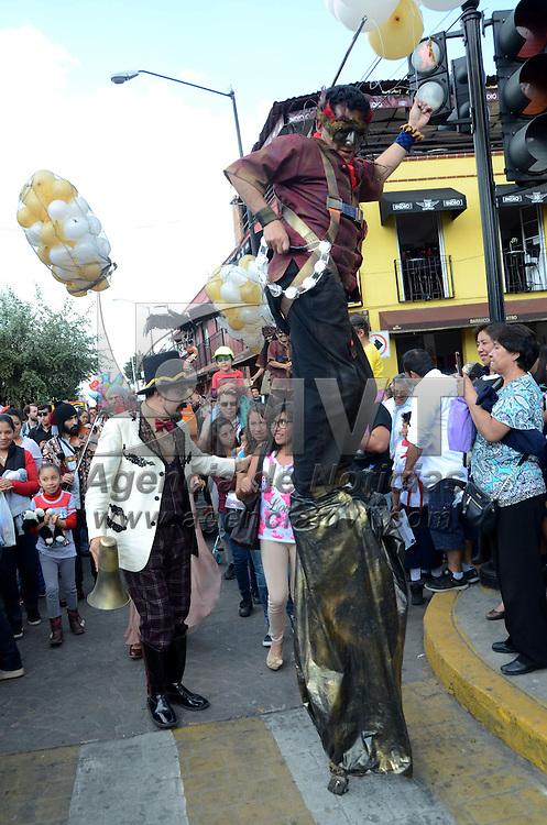 """METEPEC, Mexico (Octubre 15,2016).- Los Estrouberry Clowns, presentaron la obra """"Cielo Nube"""", la muerte, el amor y la fantasía en la poesía mexicana, espectáculo de la calle con objetos flotantes y música en vivo, en el marco del festival cultural Quimera Metepec 2016. Agencia MVT. José Hernández."""