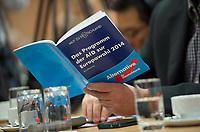 DEU, Deutschland, Germany, Berlin, 14.05.2014: <br />Ein Journalist liest das Wahlprogramm der AfD zur Europawahl während einer Pressekonferenz der Partei Alternative für Deutschland (AfD) im Haus der Bundespressekonferenz.