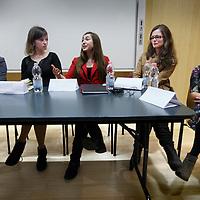 Nederland, Amsterdam , 3 april 2014.<br /> Toekomstige Yale studente Ralien Beckers (rode trui) in gesprek n.a.v. een avond omtrent vrouwenemancipatie in een collegezaal vd UvA op Roeterseiland.<br /> Foto:Jean-Pierre Jans