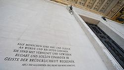 THEMENBILD - Parlament an einen Sonnentag im Jaenner. Der Bau des Parlaments, damals Reichsrat genannt, begann 1861 unter Architekt Theophil Hansen und wurde 1883 fertiggestellt.  das Bild wurde am 25. Jaenner 2012 aufgebommen, im Bild Eingang Parlament mit Aufschrift, Alle Menschen sind Frei und Gleich an Wuerde und Rechten geboren. Sie sind mit Vernunft und Gewissen begabt und sollen einander im Geiste der Bruederlichkeit begegnen, Artikel 1 der Allgemeinen Erklaerung der Menschenrechte, AUT, EXPA Pictures © 2012, PhotoCredit: EXPA/ M. Gruber