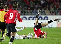Fotball<br /> Play off VM 2006<br /> Tsjekkia v Norge <br /> Czech Republic v Norway<br /> 16.11.2005<br /> Foto: Morten Olsen, Digitalsport<br /> <br /> Erik Hagen lands on his head