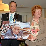 NLD/Huizen/20060323 - Afscheid burgemeester Jos Verdier als burgemester van Huizen, aanbieden reischeque door Willy Metz