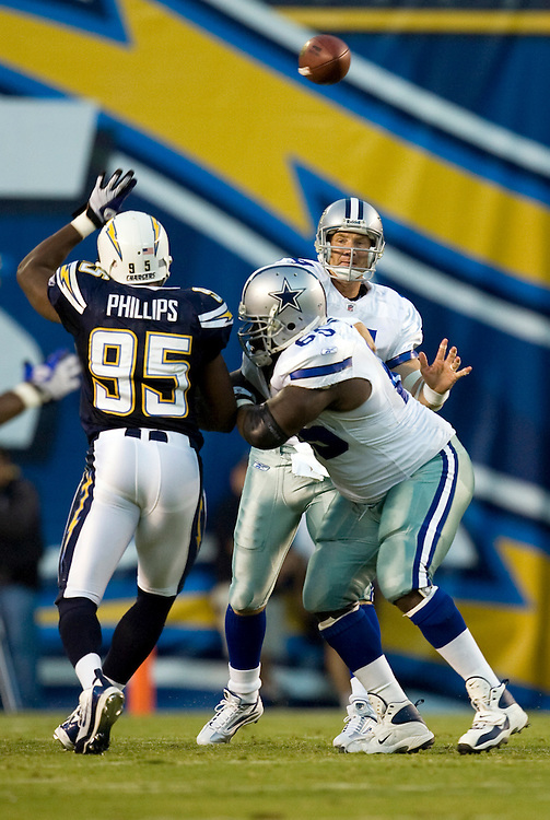 Brad Johnson passes during preseason game with San Diego Chargers.