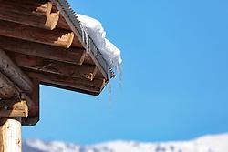 THEMENBILD - Eiszapfen an einem Dach, aufgenommen am 28. Februar 2018, Zell am See, Österreich // Icicles on a roof on 2018/02/28, Zell am See, Austria. EXPA Pictures © 2018, PhotoCredit: EXPA/ Stefanie Oberhauser