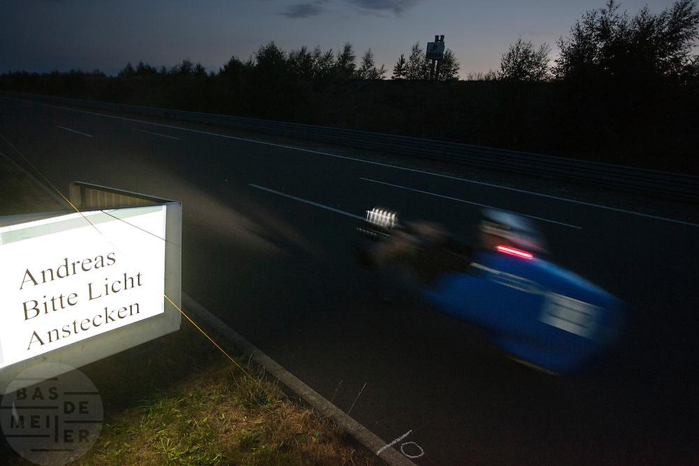 Andreas Kraus racet langs de mededeling dat hij zijn lichten aan moet doen<br /> <br /> In the evening Andreas Kraus is passing a sign to put on his lights.