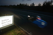 Andreas Kraus racet langs de mededeling dat hij zijn lichten aan moet doen<br /> <br /> In the evening Andreas Kraus is passing a sign to put on his lights.
