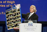 Fotball<br /> FIFA-kongressen i Marrakesch<br /> 12.09.2005<br /> Foto: imago/Digitalsport<br /> NORWAY ONLY<br /> <br /> Prof. Dr. Jiri Dvorak (Schweiz), Medizinischer Direktor der FIFA , hält während des 55. FIFA Kongresses 2005 in Marrakesch eine Rede über Verletzungsvorbeugung und dokumentiert seine Aussagen mit einem Plakat