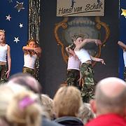 Koninginnedag 2003 Huizen, Linda Janssen treed op met Mo dance