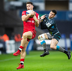 Alex Lewington of Saracens wins the high ball from Shaun Venter of Ospreys<br /> <br /> Photographer Simon King/Replay Images<br /> <br /> European Rugby Champions Cup Round 5 - Ospreys v Saracens - Saturday 11th January 2020 - Liberty Stadium - Swansea<br /> <br /> World Copyright © Replay Images . All rights reserved. info@replayimages.co.uk - http://replayimages.co.uk