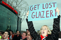 Fotball<br /> Premier League 2004/05<br /> Manchester United v Arsenal<br /> 24. oktober 2004<br /> Foto: Digitalsport<br /> NORWAY ONLY<br /> Man Utd fans protest at the potential takeover by Malcolm Glazer, as the statue of Sir Matt Busby looks down